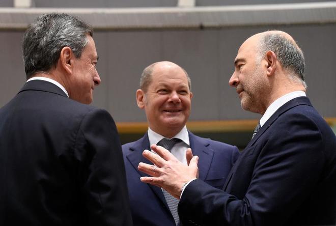 El ministro alemán de Finanzas, Olaf Scholz, charla con Mario Draghi y Pierre Moscovici.