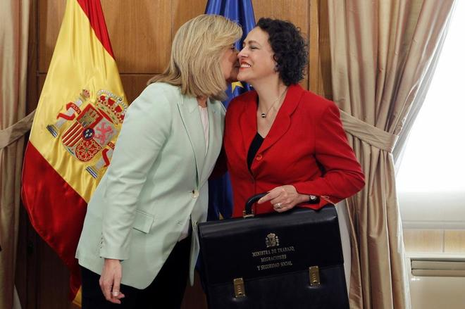 La ex ministra de Empleo, Fátima Báñez, besa a la actual titular de Trabajo, Magdalena Valerio, durante su toma de posesión.