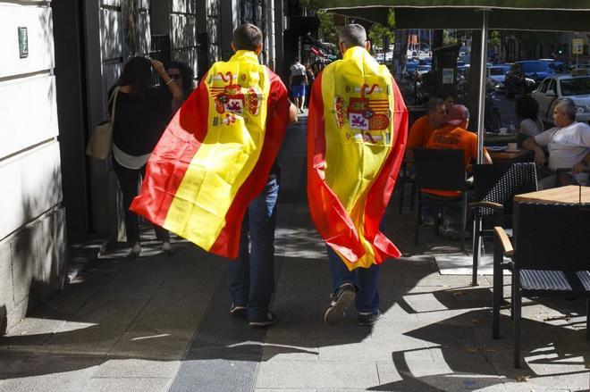 Dos policías portan sendas banderas españolas en una manifestación por la equiparación salarial en octubre de 2017