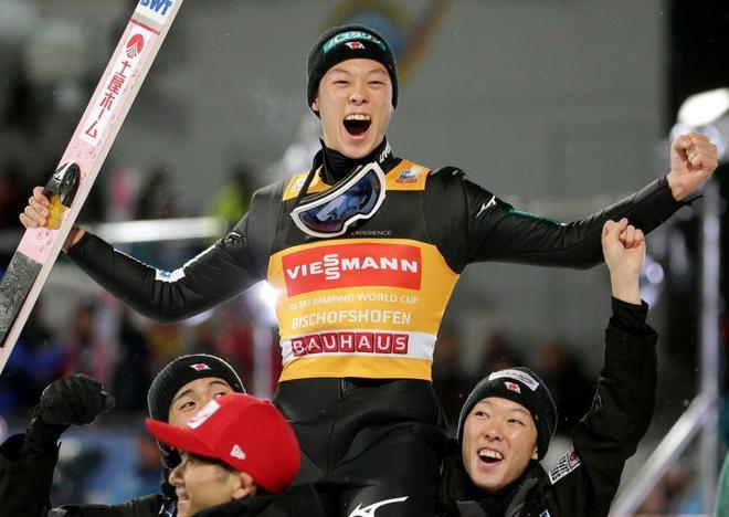 Kobayashi celebra con sus compañeros tras su pleno en el Cuatro Trampolines.