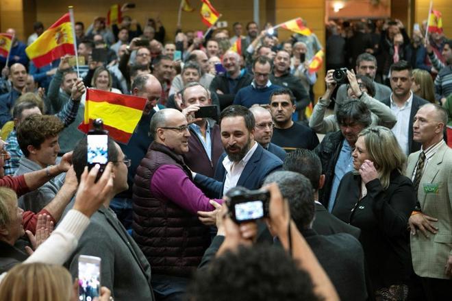 Santiago Abascal tras la llegada a un acto.