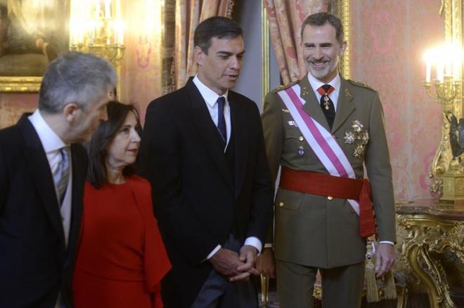Su majestad el Rey durante la celebración de la Pascua Militar en el Palacio de la Zarzuela. Le acompañan Pedro Sánchez, Margarita Robles y Fernando Grande-Marlaska.