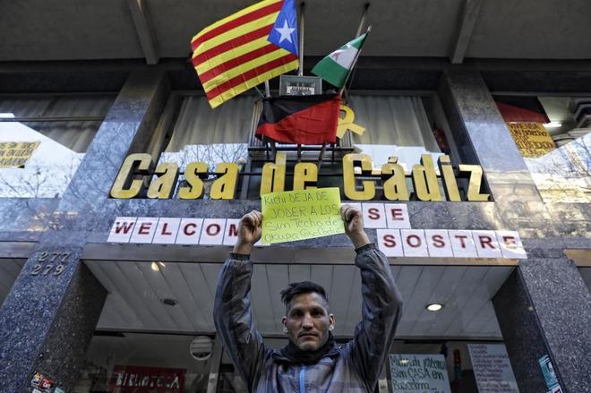El activista politico y social Lagarder delante de la 'okupada' Casa de Cádiz en Barcelona.