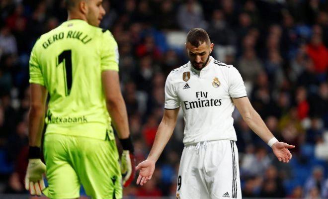 Benzema, abatido frente a Rulli, tras errar una ocasión ante la Real.