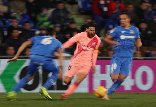 Leo Messi se lleva el balón en el partido ante el Getafe.