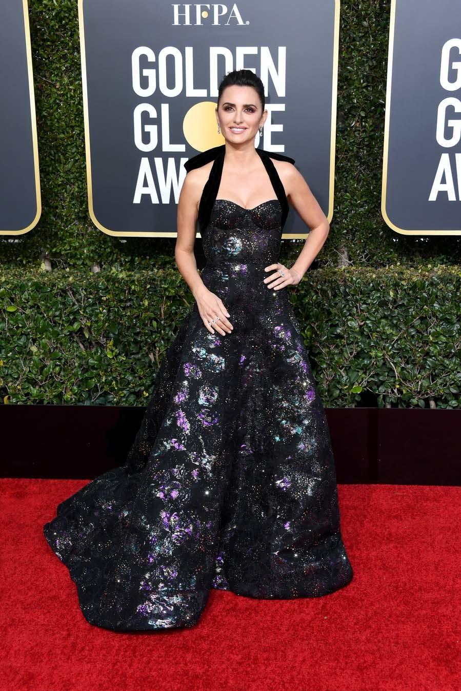 Penélope Cruz ha paseado por la alfombra roja de los Globos de Oro 2019 con un vestido de Ralph & Russo y completó su look con zapatos de Jimmy Choo y joyas de la Fine Jewelry Collection de Atelier Swarovski.