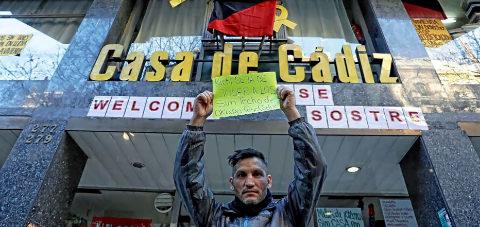 Lagarder Danciu sostiene un cartel crítico contra 'Kichi' ante la...