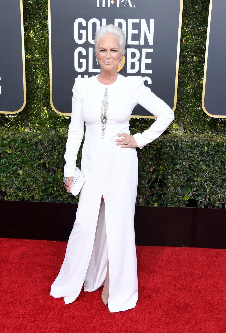 La actriz se propuso combinar su pelo con su vestido de <strong>Alexander McQueen</strong> y la jugada no le ha salido del todo bien, quizás sea por el maquillaje o el peinado, pero lo cierto es, que aunque el diseño sea juvenil, no hace más que sumarle años encima.