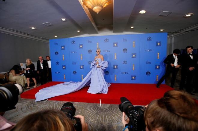 La actriz y cantante Lady Gaga posa en el 'backstage' del os Globos de Oro.