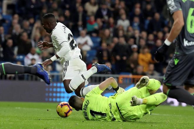Vinicius cae ante Rulli, en la jugada polémica del partido entre el Madrid y la Real Sociedad.