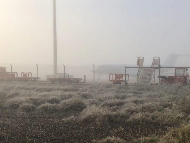 El aeropuerto de Badajoz cubierto por la niebla