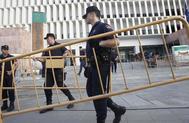 Varios policías vallan el perímetro de la Ciudad de la Justicia de Málaga.