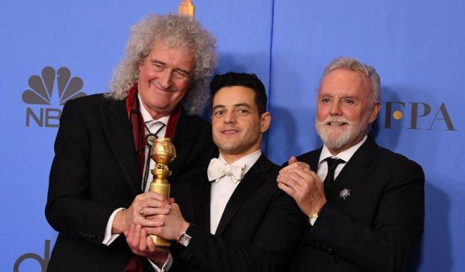 Los miembros de Queen, Brian May (izq.) y Roger Taylor (der.), junto al actor Rami Malek.