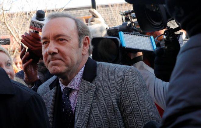 El actor Kevin Spacey, rodeado de periodistas, a su llegada al tribunal.