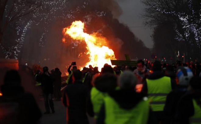 Protesta de 'chalecos amarillos' este sábado en el centro de París.
