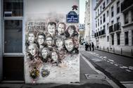 Mural con los rostros de los periodistas asesinados en el atentado de 'Charlie Hebdo', en París.