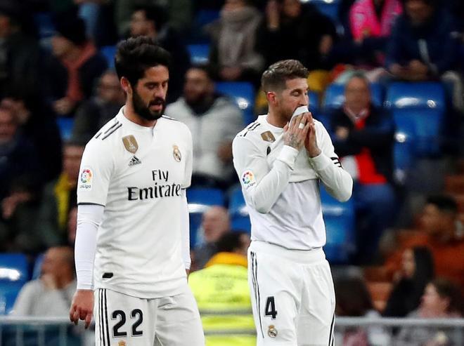 Isco y Ramos se retiran del campo en el partido contra la Real Sociedad.