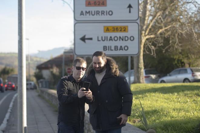 El presidente de Vox, Santiago Abascal, se hace una foto con un...
