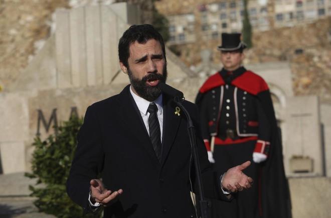 El presidente del Parlament, Roger Torrent, durante la ofrenda floral a Francesc Macià.