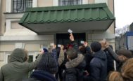 Un grupo de padres españoles protesta ante la sede de la embajada en Kiev