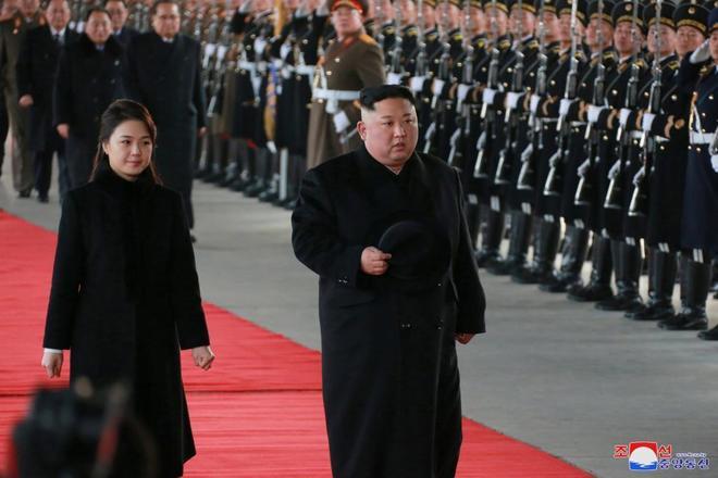 Kim Jong-un y su esposa Ri Sol antes de iniciar su viaje oficial a China.