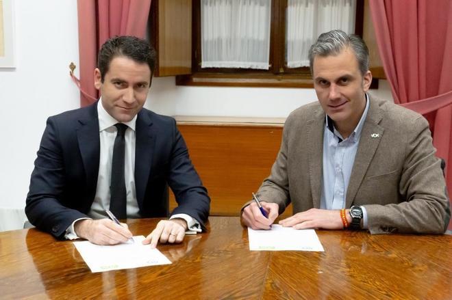 García Egea  y Ortega Smith (derecha), en el acuerdo para la Mesa del...