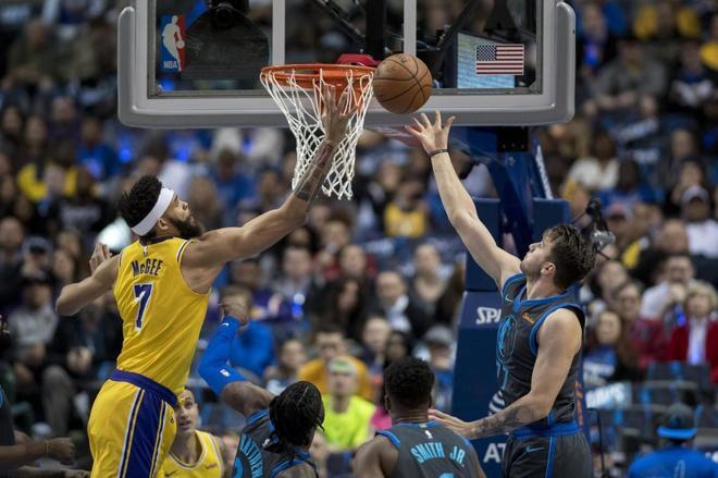 Luka Doncic lucha por un balón con el pívot de los Lakers JaVale McGee.