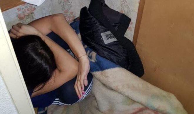 Los agentes encontraron a la mujer escondida en un armario de la despensa.