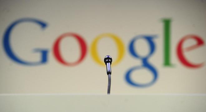 Un micrófono, ante un logotipo de la multinacional Google, antes de una comparecencia de sus responsables en la sede de la empresa en Nueva York.