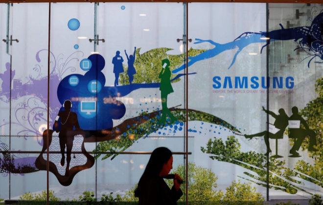 Una mujer pasa delante de la sede de Samsung Electronics en Seúl.