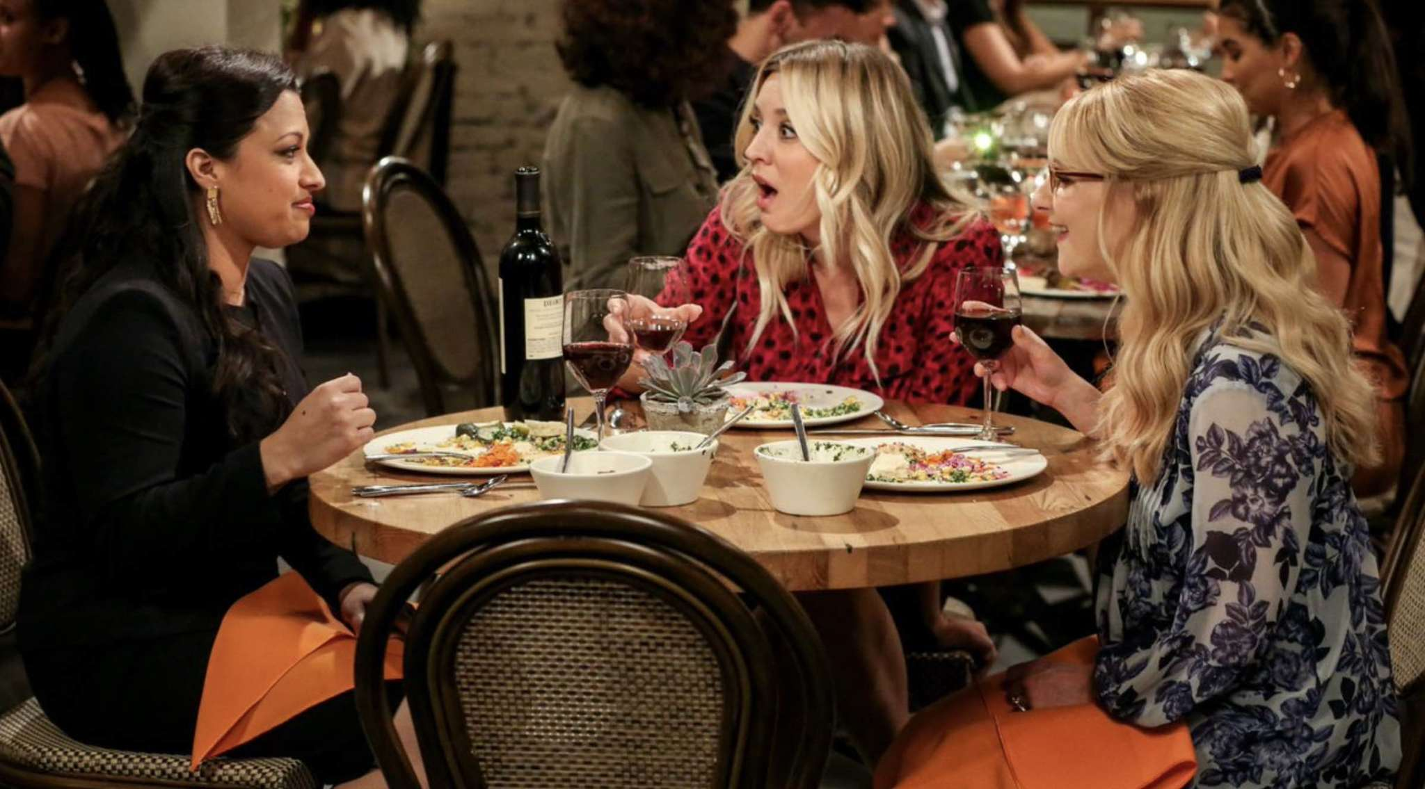 Rati Gupta, Kaley Cuoco y Melissa Rauch en The Big Bang Theory