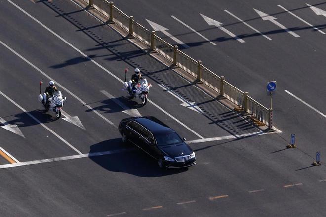 La limusina en la que se cree que viaja el líder norcoreano, Kim Jong Un, en Pekín.