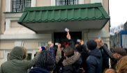 Un grupo de padres españoles protesta ante la sede de la embajada en...