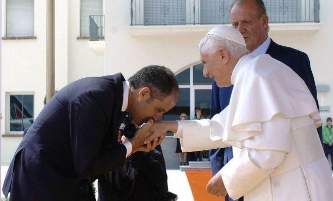 El ex presidente de la Generalitat Valenciana Francisco Camps saluda al papa Benedicto XVI .