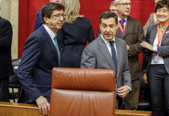 Juan Marín y Juan Manuel Moreno, el pasado día 27 de diciembre, en el Parlamento andaluz.