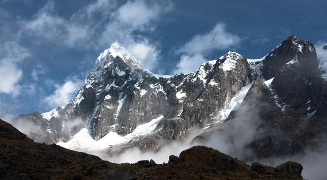 Montañas de la Cordillera Blanca, en el Parque Nacional de Huascaran, en los andes peruanos.