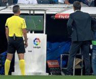 Jaime Latre revisa una acción del VAR durante el Madrid-Leganés de Liga ante la mirada de Lopetegui .