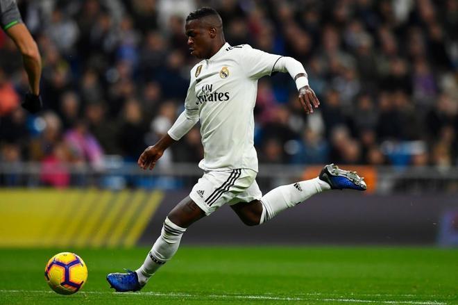 Vinicius Junior golpea el balón, durante el partido ante la Real Sociedad.