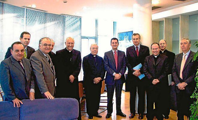 El ex conseller de Agricultura, Juan Cotino, junto al arzobispo García Gasco y el resto de miembros de la Fundación V Encuentro de las Familias.