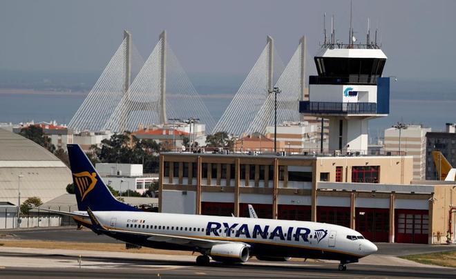 Un avión de Ryanair en el aeropuerto de Lisboa.