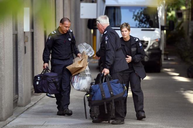 Policías de Victoria trasladan bolsas con paquetes sospechosos llegados al consulado de Italia en Melbourne.