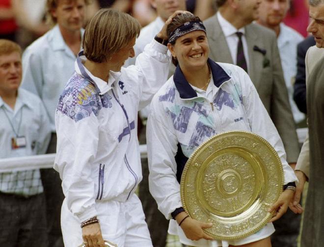 Conchita, junto a Navratilova, tras ganar Wimbledon en 1994.