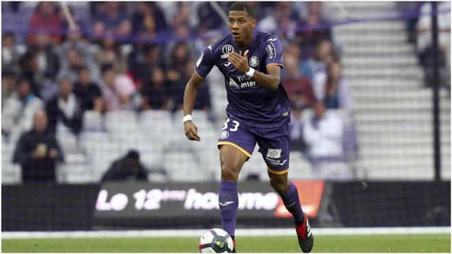Todibo, durante un partido con el Toulouse.