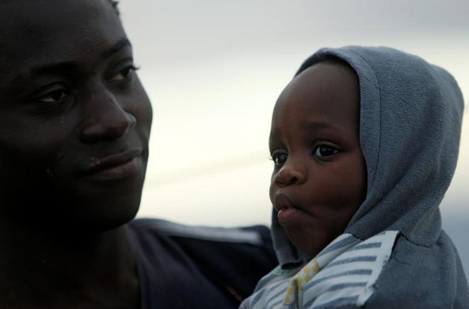Dos de los inmigrantes que viajan a bordo del  Sea-Watch 3.