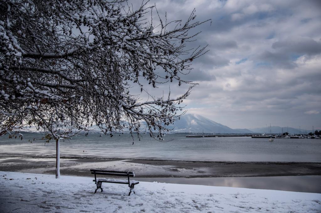 Vista de la nieve que cubre el puerto en Nea Artaki (Grecia).