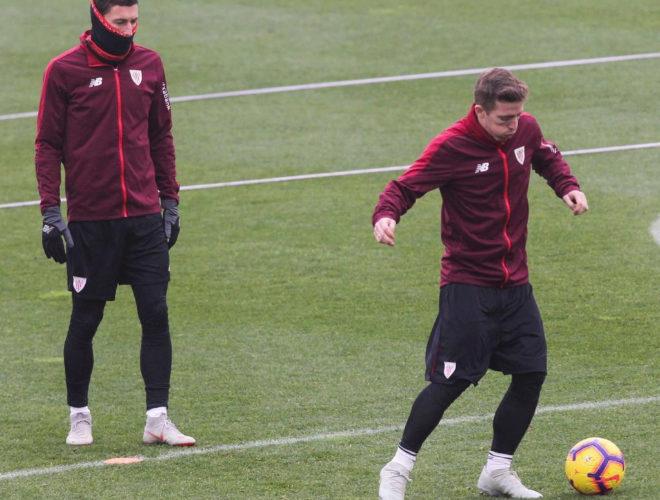 El jugador del Athletic de Bilbao Iker Muniain (d) golpea un balón en...