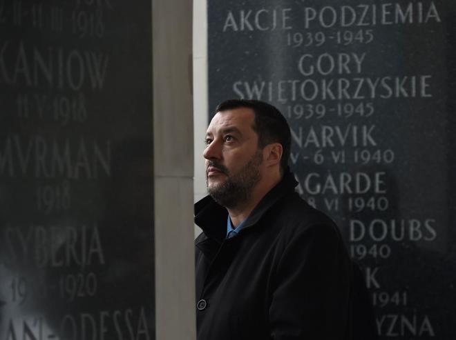 Matteo Salvini en la tumba del soldado desconocido en Varsovia.
