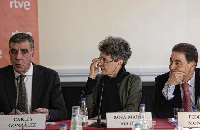 La administradora única de RTVE, Rosa Maria Mateo, con Carlos Gonzalez y Federico Montero, en rueda de prensa en Barcelona.en catalan. Foto: Santi Cogolludo