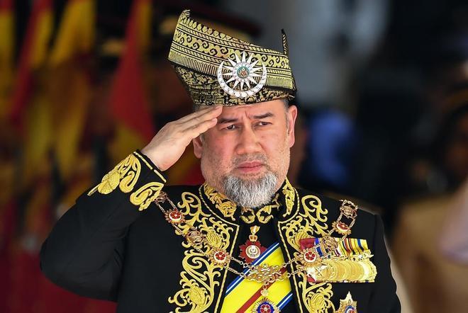 Mohamed V durante la ceremonia de apertura del Parlamento en Kuala Lumpur.