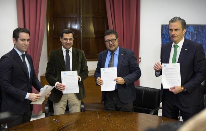 Dirigentes de PP y Vox posan con el documento que han acordado y firmado esta tarde en el Parlamento de Andalucía.